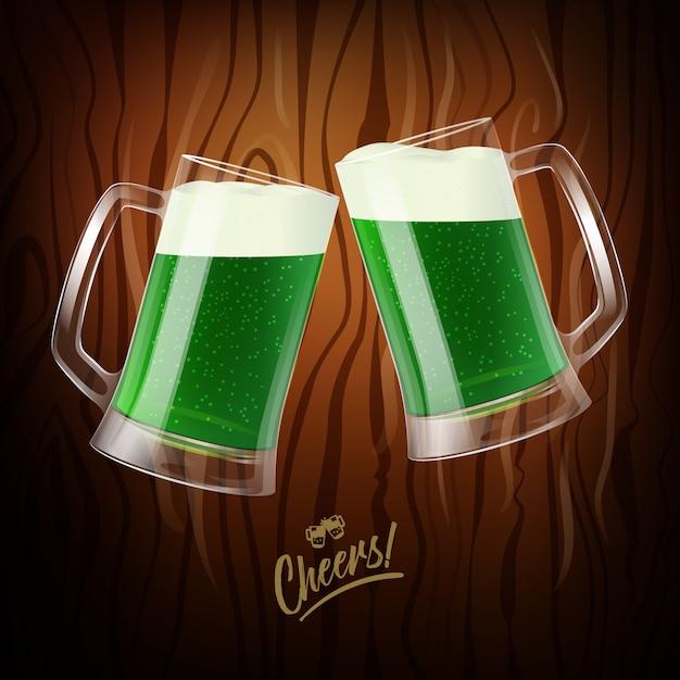 Twee mokken met groen bier, rammelende glazen, st. patrick dag symbool