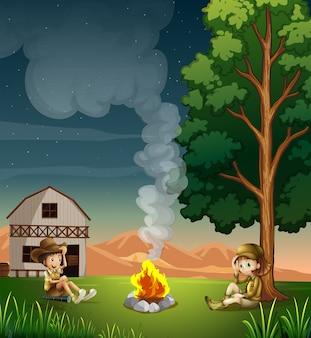 Twee ontdekkingsreizigers die een kampvuur maken