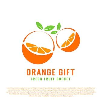 Twee plakjes sinaasappel in de vorm van een geschenk oranje fruitlogo voor fruitwinkel of anderen