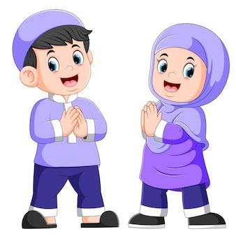 Twee schattige kinderen geven de groet van vergeving