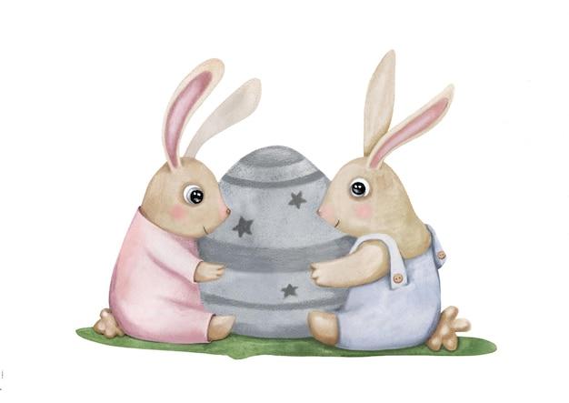 Twee schattige paashazen die een decoratief ei met sterren en ornament koesteren