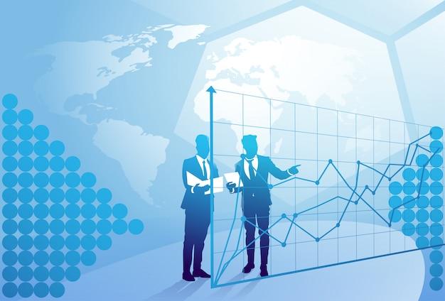 Twee silhouetzakenman die besprekend documentrapport over financiëngrafiek, het concept van de bedrijfsmensvergadering spreken