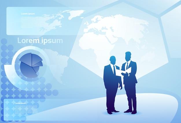Twee silhouetzakenman het spreken besprekend documentrapport over financiëndiagram, het concept van de bedrijfsmensvergadering