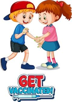 Twee stripfiguren voor kinderen houden geen sociale afstand met get vaccinated-lettertype geïsoleerd op een witte achtergrond