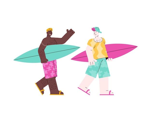 Twee surfer mannen op vakantie wandelen met surfplanken