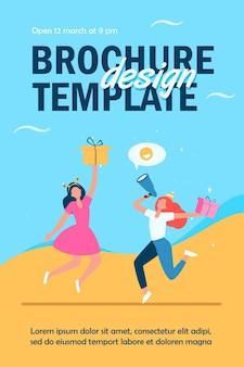 Twee vrolijke vrouwen vieren en springen met cadeaus sjabloon folder