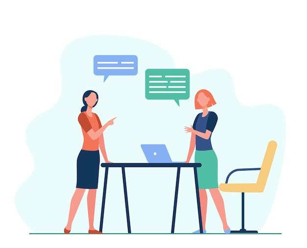Twee vrouwelijke collega's die het werk bespreken