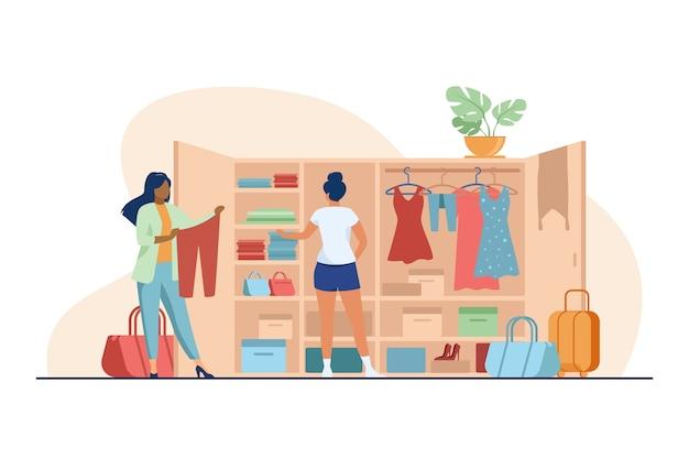 Twee vrouwen kiezen kleren voor reizen uit de kledingkast. kleding, kleding, bagage platte vectorillustratie. mode en vakantie concept