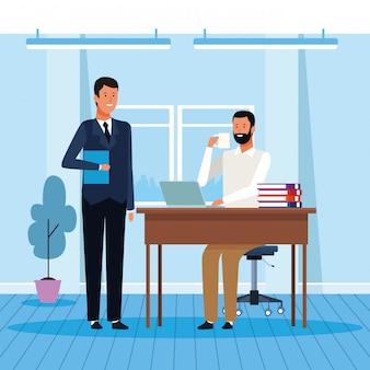 Twee zakenlieden die op kantoor werken