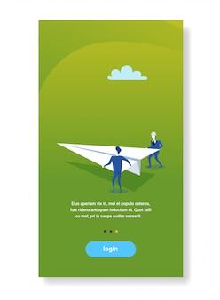 Twee zakenlieden lancering papieren vliegtuig creatief project nieuw startup concept