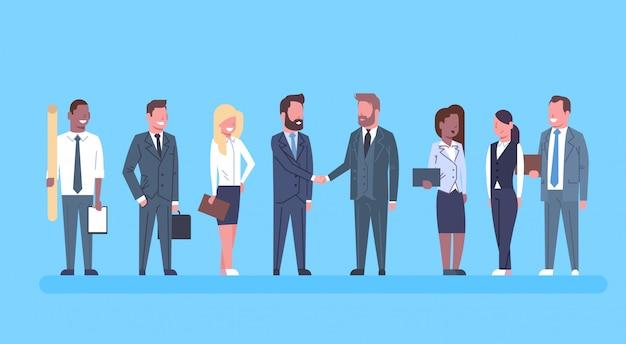 Twee zakenlieden schudden handen partners hand schudden concept ondernemers team boss succesvol mee eens