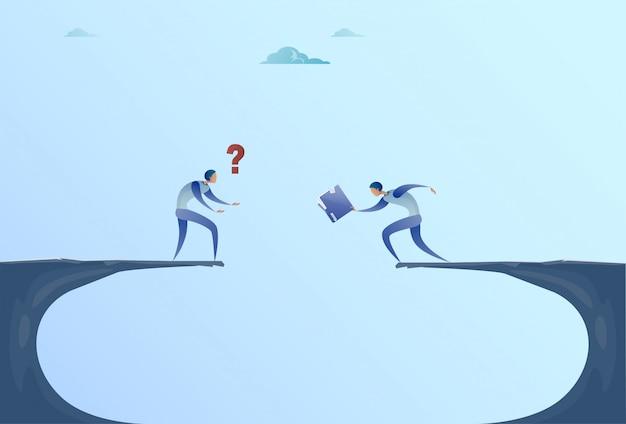 Twee zakenmensen die documenten geven over cliff gap mountain zakenmensen samenwerking help teamwork concept