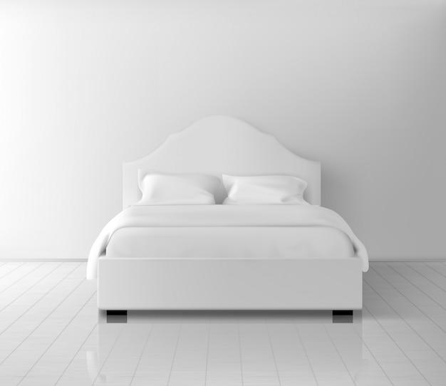 Tweepersoonsbed met twee pilaren en deken in wit linnen beddengoed op plank, laminaatvloer in de buurt van muur realistisch