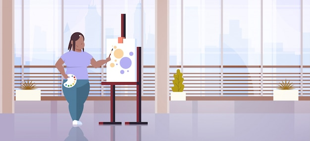 Ty vrouw schilder met penseel meisje kunstenaar schilderij proces kunst workshop studio interieur