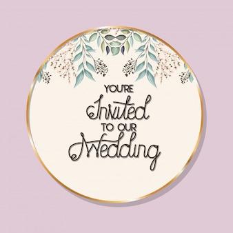 U bent uitgenodigd op onze bruiloftstekst in gouden cirkel met bladeren