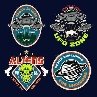 Ufo en aliens set van vier gekleurde vector emblemen, etiketten, insignes, stickers of t-shirt prints in vintage stijl op donkere achtergrond