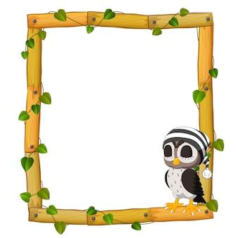 Uil op het houten frame met wortels en blad