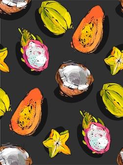 Uit de vrije hand geweven ongebruikelijk naadloos patroon met exotische tropische vruchten papaja, drakenfruit, kokosnoot en carambola geïsoleerd op zwarte achtergrond,