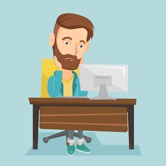 Uitgeput triest werknemer werkzaam in kantoor.