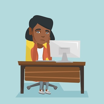 Uitgeputte afrikaanse werknemer die in bureau werkt.