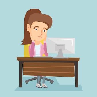 Uitgeputte kaukasische werknemer die in bureau werkt.