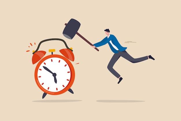 Uitstel uitstel om dingen later gedaan te krijgen, te krappe zakelijke deadline of kan het werk niet op tijd afmaken, jonge man met grote hamer die op luide herinnerende wekker slaat.