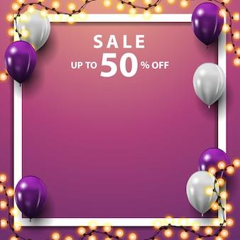 Uitverkoop, tot 50% korting, vierkant roze kortingsbanner met witte en paarse ballonnen, slinger en plaats voor uw tekst