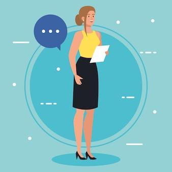Uitvoerende zakenvrouw met document en toespraak bubble afbeelding ontwerp