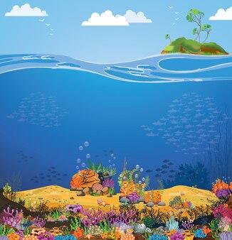 Uitzicht op zee met paarse riffen op zand en eiland.