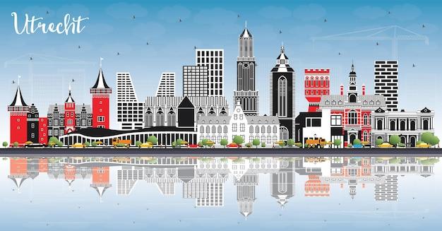 Utrecht nederland city skyline met kleur gebouwen, blauwe lucht en reflecties. zakelijk reizen en toerisme concept met historische architectuur. utrecht stadsgezicht met monumenten.