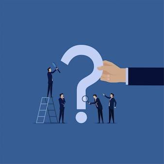 Vaak gestelde vraag. zakelijk teamonderzoek met vergroten op de vraagtekens.