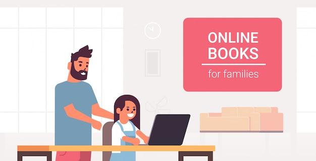 Vader en dochter met behulp van laptop lezen van online boeken voor familie e-learning man helpt zijn kind om huiswerk te maken moderne woonkamer interieur