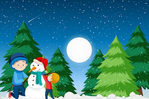 Vader en zoon die sneeuwman bouwen