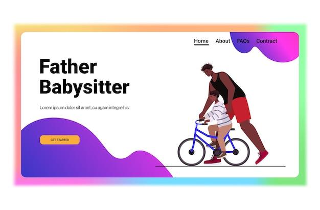Vader leert zoontje fietsen ouderschap vaderschap concept vader tijd doorbrengen met zijn kind horizontaal