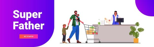 Vader met kleine kinderen kopen boodschappen in supermarkt vaderschap ouderschap shopping concept horizontaal