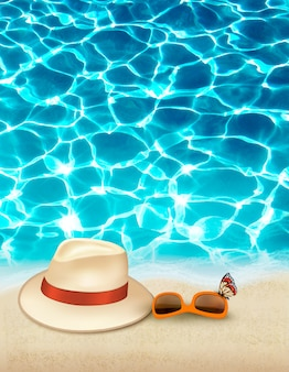 Vakantie achtergrond met blauwe zee, een hoed en zonnebril. .