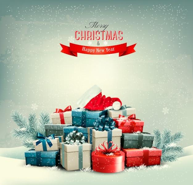 Vakantie kerst achtergrond met geschenkdozen en een kerstmuts.