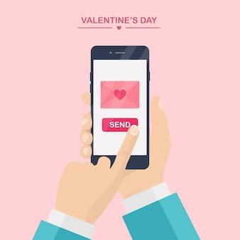 Valentijnsdag illustratie. stuur of ontvang liefdes sms, brief, e-mail met mobiele telefoon. de menselijke gsm van de handgreep op roze achtergrond. envelop met rood hart. , icoon.