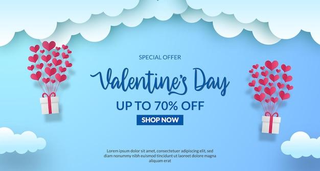 Valentijnsdag verkoop aanbieding sjabloon voor spandoek met blauwe lucht met vliegende ballon aanwezig geschenkpapier gesneden stijl