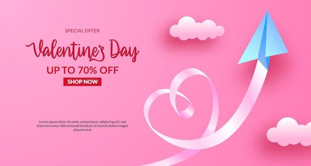 Valentijnsdag verkoop banner met papieren vliegtuigje vliegen in de lucht. papier gesneden stijl