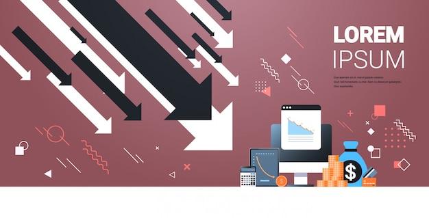 Vallende pijlen verminderen economie uitrekken stijgende daling financiële crisis mislukking budget instorting concept geld tas creditcard rekenmachine tablet computermonitor met horizontale gegevens