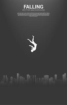 Vallende zakenvrouw vanuit de lucht naar de grote stad. concept van het gevoel depressief in de grote stad.