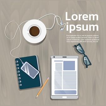 Van de de menings digitaal tablet van de werkplaats hoogste hoek het notitieboekje en van de koffiekop het concept van de malplaatjewerkruimte concept