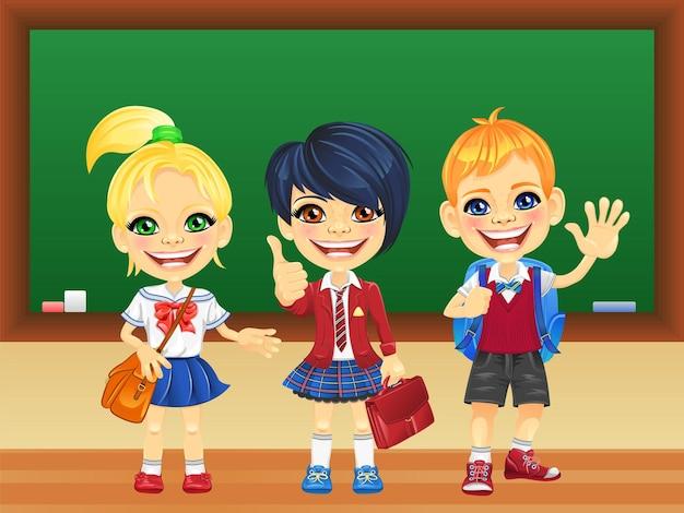 Vector lachende schoolkinderen in de buurt van blackboard