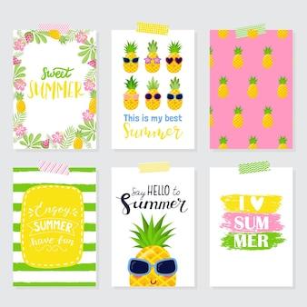 Vector set heldere zomerkaarten. mooie zomerse posters met ananas, palmbladeren, zinnen. journaal kaarten.