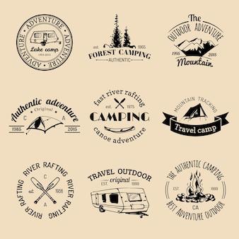 Vector set vintage camping logo's. retro bordenverzameling van buitenavonturen. toeristische schetsen voor emblemen of badges.