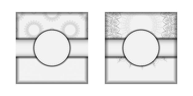 Vector uitnodigingskaart met plaats voor uw tekst en vintage ornament. ansichtkaartontwerp witte kleuren met mandala's.