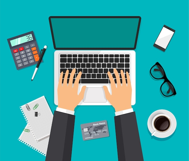 Vector werkruimte bovenaanzicht. modern zakelijk werkblad in trendy stijl. handen typen op een computer. laptop, bril, smartphone, koffie, geïsoleerde rekenmachine