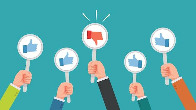 Veel handen zijn duimen omhoog maar krijgen er een niet mee eens of hebben een hekel aan feedback