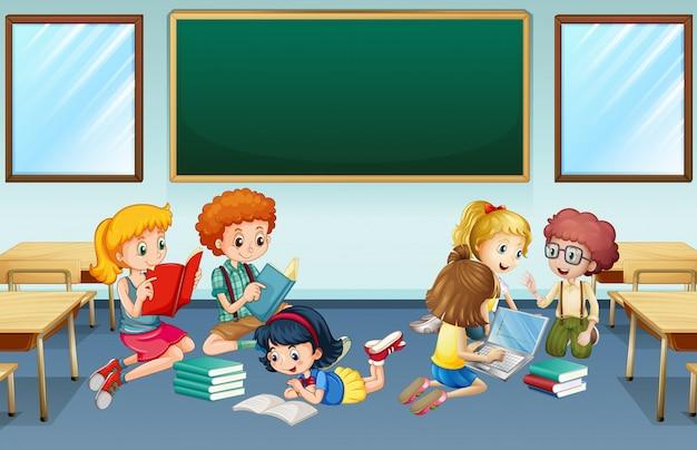 Veel kinderen lezen en werken in groep op school